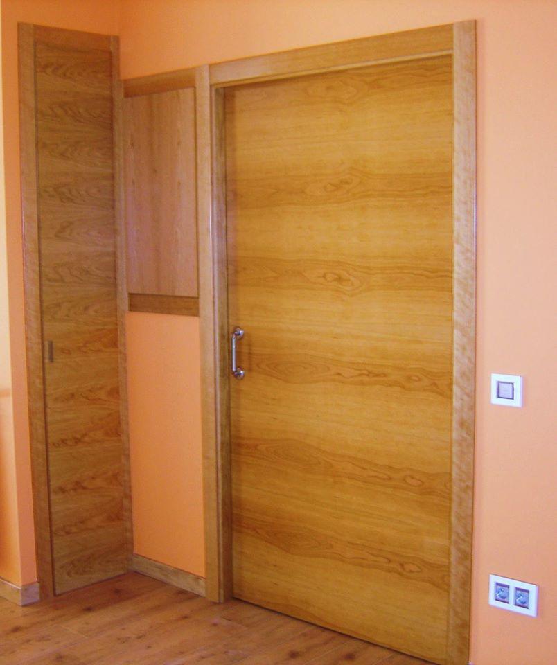 Portes isofòniques, hidròfugues i ignífugues. Portes d'entrada i portes d'interior. Amb possibilitat de diferents acabats, tant en colors com en imitacions de fusta o amb fusta massissa.