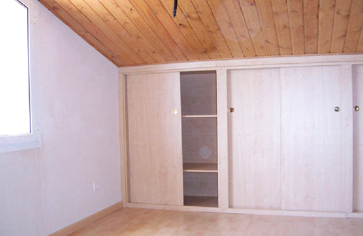 Golfes de fusta. Podem aprofitar l'espai que tenim a les golfes d'una casa, fent que aquestes siguin acollidores i perfectament habitables. Al fer una remodelació de les golfes aconseguim aprofitar-les com si fóssin una habitació extra, una habitació de jocs pels nens, un despatx o una sala de músic… No hi ha res millor que posar-hi fusta per fer que aquest espai sigui càlid i acollidor. Podem col·locar la fusta tant al sostre com a les parets. Abans de col.locar la fusta, es pot protegir la nova estança amb un aïllant tèrmic.