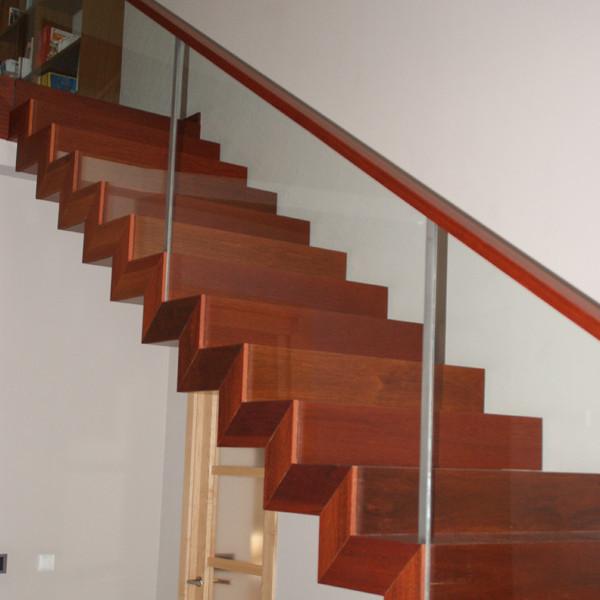Fusteria Eben Andorra fem escales interiors de fusta. La funció bàsica d'una escala és la de comunicar diversos espais situats a diferents altures. Però la seva importància, clau en la distribució, fa d'ella un element essencial de l'arquitectura del lloc i una peça escultòrica en molts casos. Hi ha escales per a tots els gustos: d'un sol tram, de dos, de caragol. Algunes escales pugen, altres baixen, i en la manera d'ascendir o descendir resideix la singularitat d'aquest element.